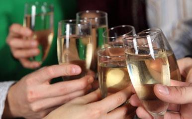 未婚男性の7割は同窓会に恋の始まりを期待していることが判明!同級生との飲み会は出会いのチャンス!【恋占ニュース】