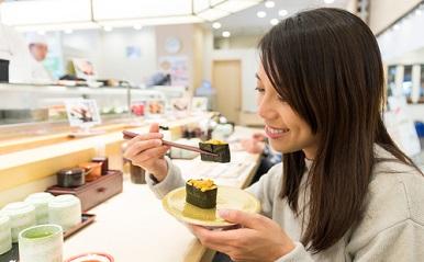 「お寿司を食べる女性」の画像検索結果