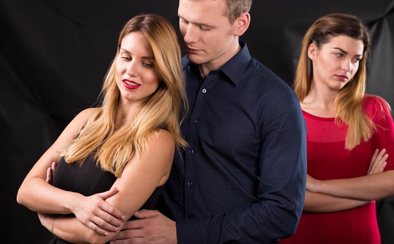 不倫に引き込まれやすい女性の特徴…ホロスコープで見る恋愛傾向