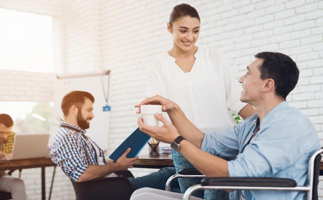 職場で「好きバレ」…その原因は?好意を知ったときの男性の本音も